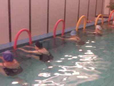 Aerobics i vattnet ger lyckliga dancing queens